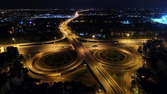 Giao lộ cầu Vĩnh Tuy - Quốc lộ 5 có hệ thống cầu vượt giúp không chỉ lưu thông trên Quốc lộ 5 không bị gián đoạn, mà đường vào trung tâm Hà Nội cũng được thông suốt. Trước khi có hệ thống cầu vượt và đường dẫn như trong hình, nơi đây cũng là một điểm đen ùn tắc ở cửa ngõ phía Đông của Thủ đô.