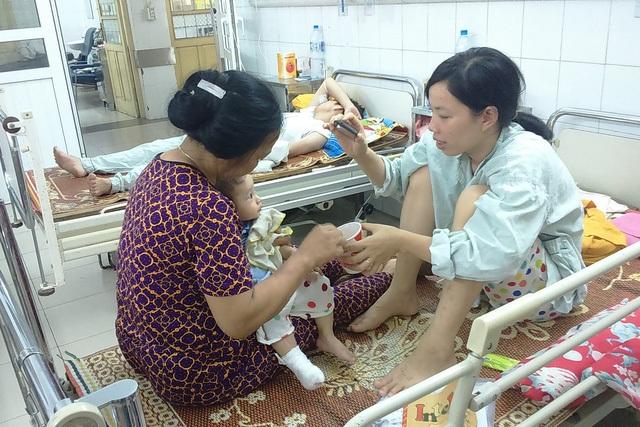 Chăm sóc trẻ bị bỏng tại Bệnh viện Đa khoa Xanh Pôn. Ảnh: T.Nguyên