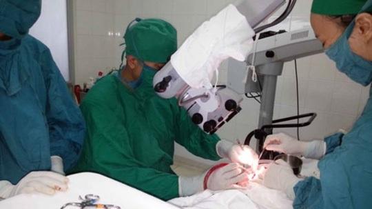 Các bác sĩ BV Tai Mũi Họng TP HCM thực hiện phẫu thuật