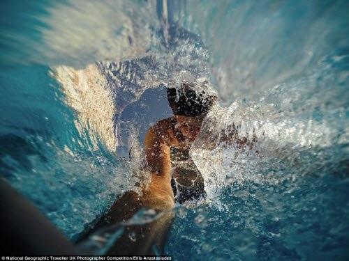 """Khoảnh khắc Ellis Anastasiades chụp ảnh """"tự sướng"""" khi nhảy xuống một bể bơi ở Hi Lạp."""