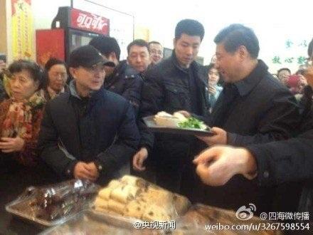 Ông Tập Cận Bình xếp hàng mua cơm bình dân.