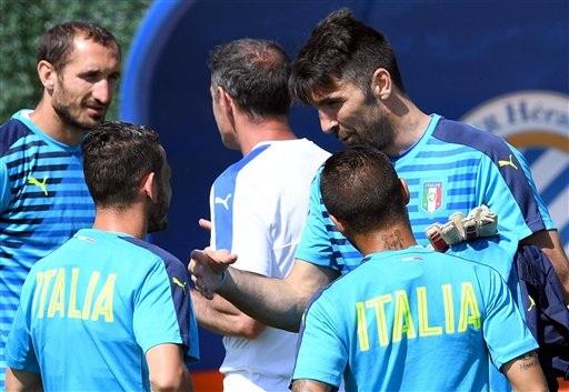 Thủ thành Gianluigi Buffon trao đổi với đồng đội trên sân tập của tuyển Italia trước khi đội bóng này thi đấu tứ kết gặp Đức