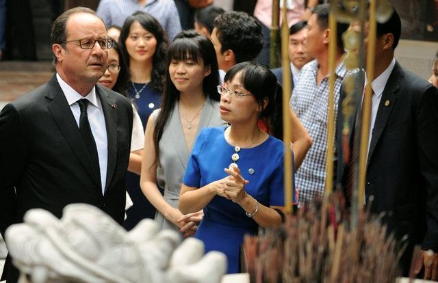 Tổng thống Hollande còn ghé thăm đình Kim Ngân ở phố Hàng Bạc. (Ảnh: Reuters)