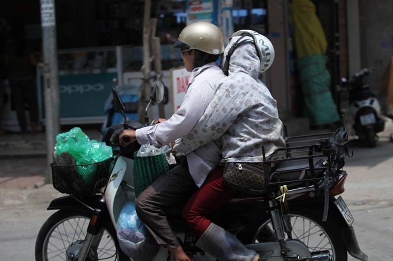 Giữa trưa, trời nắng thiêu đốt cũng không ngăn được giấc ngủ của người phụ nữ sau buổi chợ (Ảnh chụp tại thị trấn Chương Mỹ)
