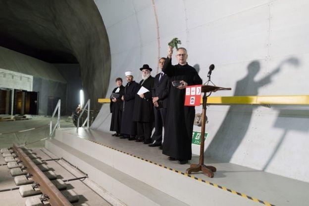 Các quan chức tôn giáo thực hiện nghi lễ cầu may bên trong đường hầm Gotthard.