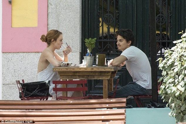 Cặp tình nhân trẻ cùng trò chuyện và thưởng thức đồ uống với nhau.