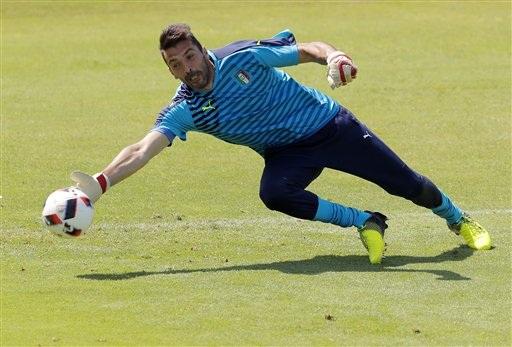 Thủ thành Gianluigi Buffon thực hiện một pha cản phá trên sân tập