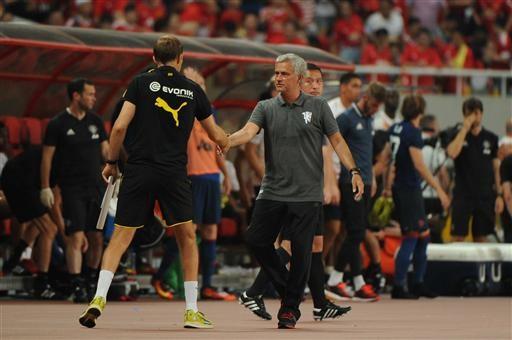 Mourinho bắt tay người đồng nghiệp bên phía Dortmund trước khi trận đấu bắt đầu