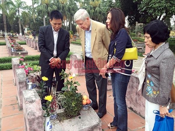 Giây phút nghẹn ngào bên mộ anh hùng liệt sĩ Đặng Thùy Trâm của cựu binh Mỹ - 11