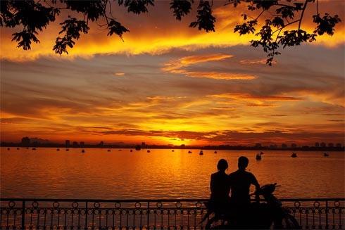 Hồ Tây một địa điểm vui chơi hấp dẫn ở Hà Nội với nhiều dịch vụ đa dạng từ vui chơi, mua sắm, ăn uống tới các trò chơi hấp dẫn dịp 2/9.
