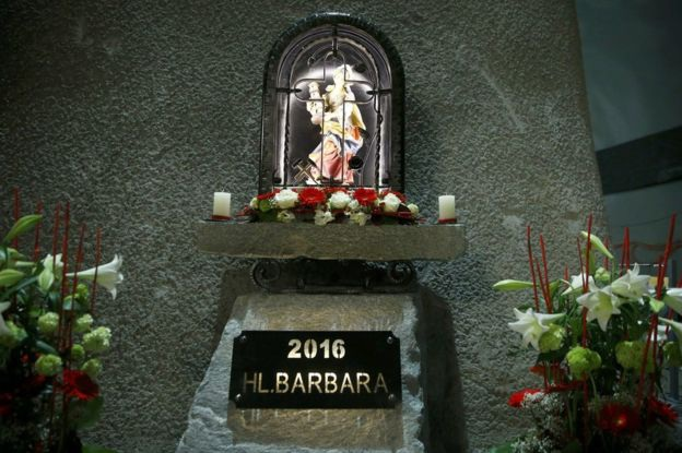 Một bức tượng của St Barbara, vị thánh che chở cho các thợ mỏ, bên trong đường hầm mới hoàn thiện.