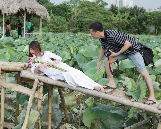 """Thiếu nữ Hà thành """"lăn lê bò toài"""" chụp ảnh cùng sen - 12"""