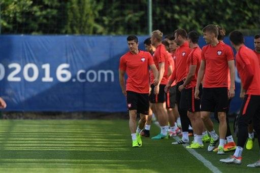 Lewandowski đi trước mặt các đồng đội khi mà các cầu thủ Ba Lan chuẩn bị bước vào buổi tập