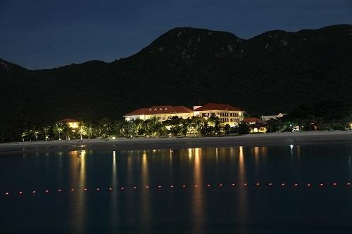 Một nhà hàng tại bãi An Hải, với khung cảnh đêm thật lãng mạn. Ảnh: XUÂN LỘC.
