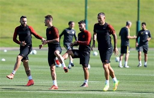 Các cầu thủ Man City khởi động cho buổi tập cuối trước trận Play-off