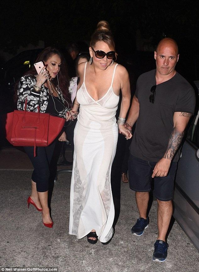 Mariah Carey trở về khách sạn sau một ngày mua sắm bận rộn.