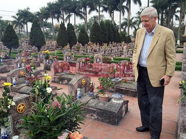 Carl W. Greifzu thăm mộ liệt sĩ Nguyễn Văn Thạc