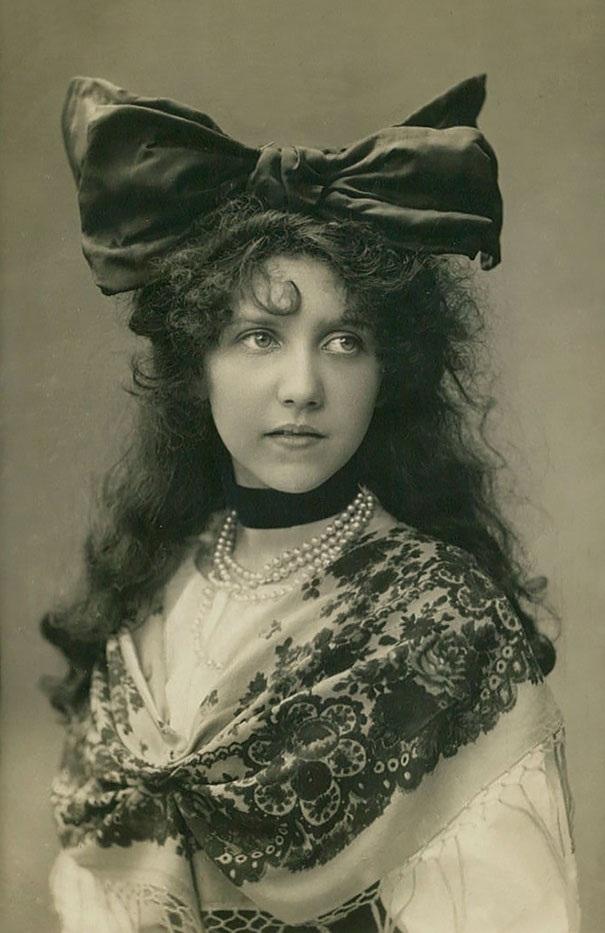 Một quý cô trong trang phục truyền thống