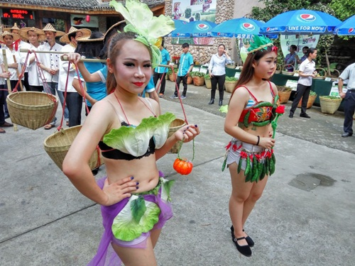 Gái trẻ sexy với thời trang củ quả xôn xao trên phố - 7