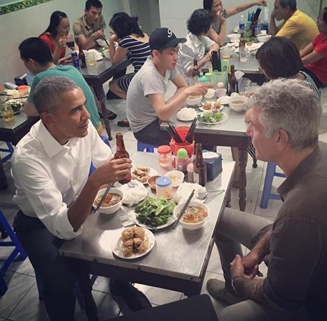 Bức ảnh ông Obama ăn bún chả tại phố cổ cùng đầu bếp, người dẫn chương trình truyền hình nổi tiếng của Mỹ Anthony Bourdain cũng được trang facebook của Nhà Trắng chia sẻ. Ngoài những hình ảnh ấn tượng, Nhà Trắng cũng đăng tải các video trong chuyến công du Việt Nam của nhà lãnh đạo Mỹ.