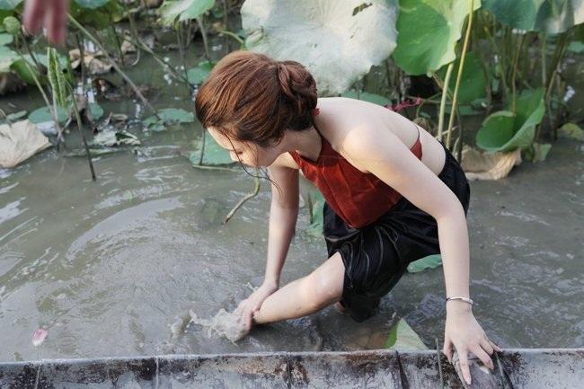"""Thiếu nữ Hà thành """"lăn lê bò toài"""" chụp ảnh cùng sen - 13"""