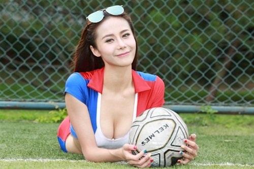 Hot girl lai khoe chân dài miên man ủng hộ tuyển Pháp - 7
