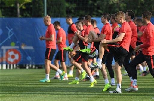 Đội tuyển Ba Lan khởi động cho buổi tập cuối trước vòng tứ kết