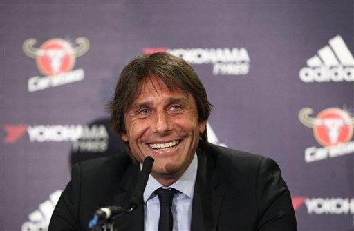 Vị chiến lược gia của Chelsea cười tươi trong ngày chính thức ra mắt đội bóng. Conte tới London từ hôm kia (13.7) và bắt tay ngay vào buổi tập cùng đội bóng