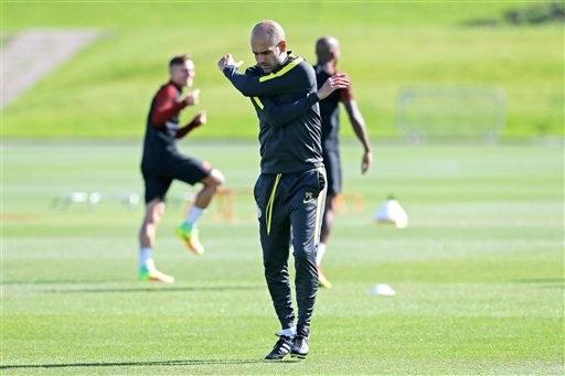 Pep Guardiola khởi động. Chiến lược gia người Tây Ban Nha đang dẫn dắt Man City thi đấu tốt ở Premier League, sau hai lượt trận đội bóng của ông đang đứng đầu giải đấu này