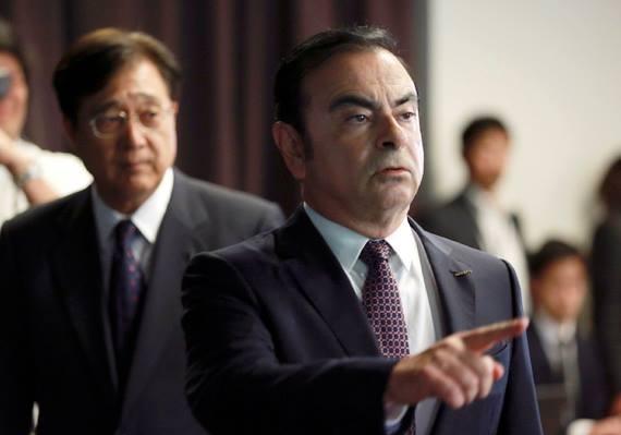 Chủ tịch kiêm CEO của Nissan Motor Co. - ông Carlos Ghosn (phải) và Chủ tịch kiêm CEO của Mitsubishi Motors Corp. - ông Osamu Masuko (Ảnh: AP)