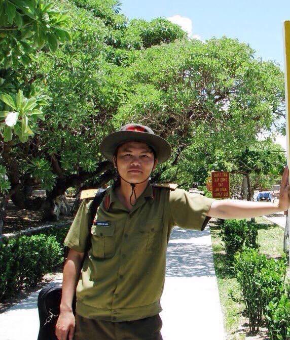 Tác giả Nguyễn Văn Chiển trong lần ra thăm đảo Trường Sa năm 2008