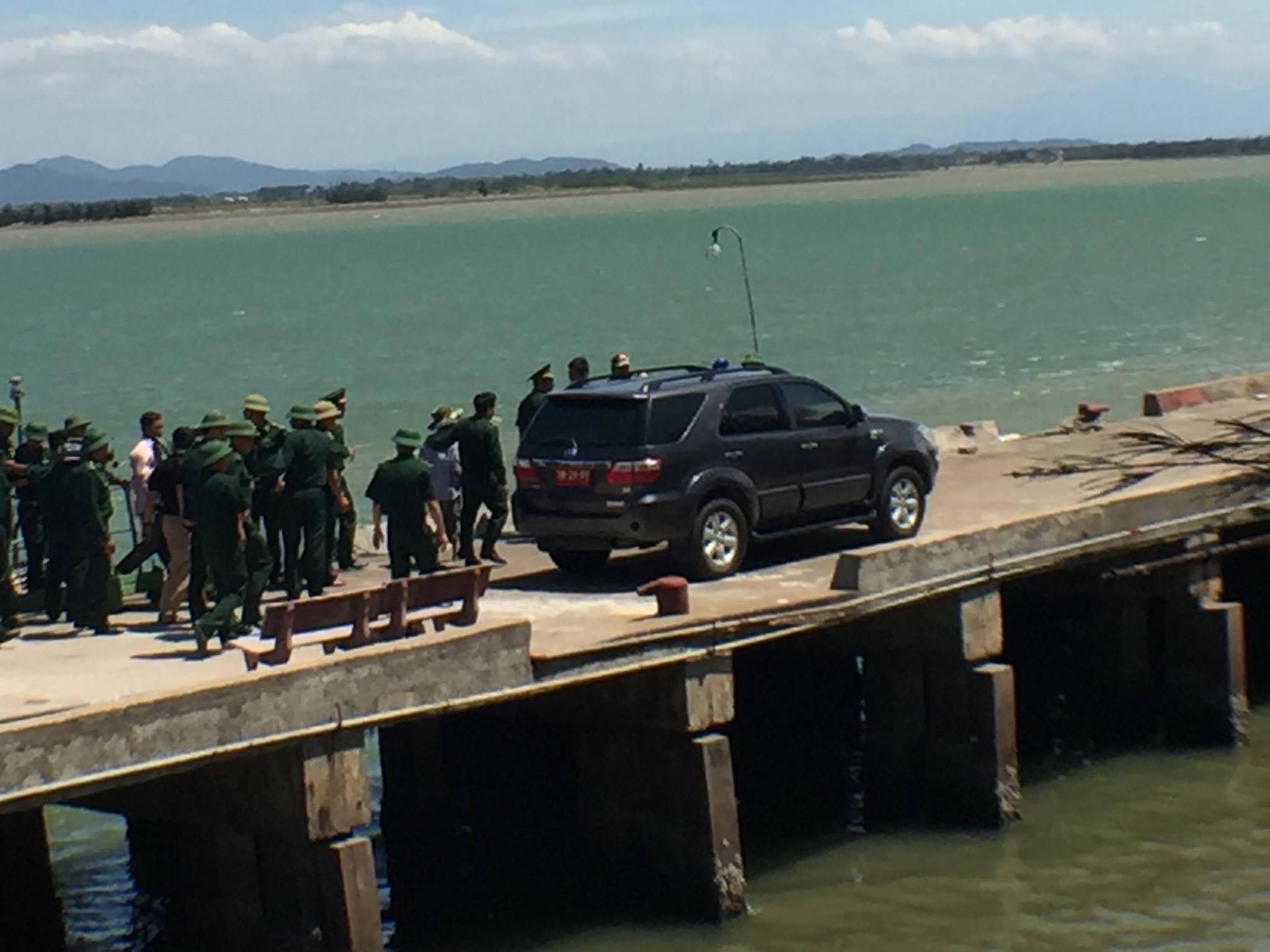 Xe chở phi công Cường rời khỏi Cảng Hải đội 2.