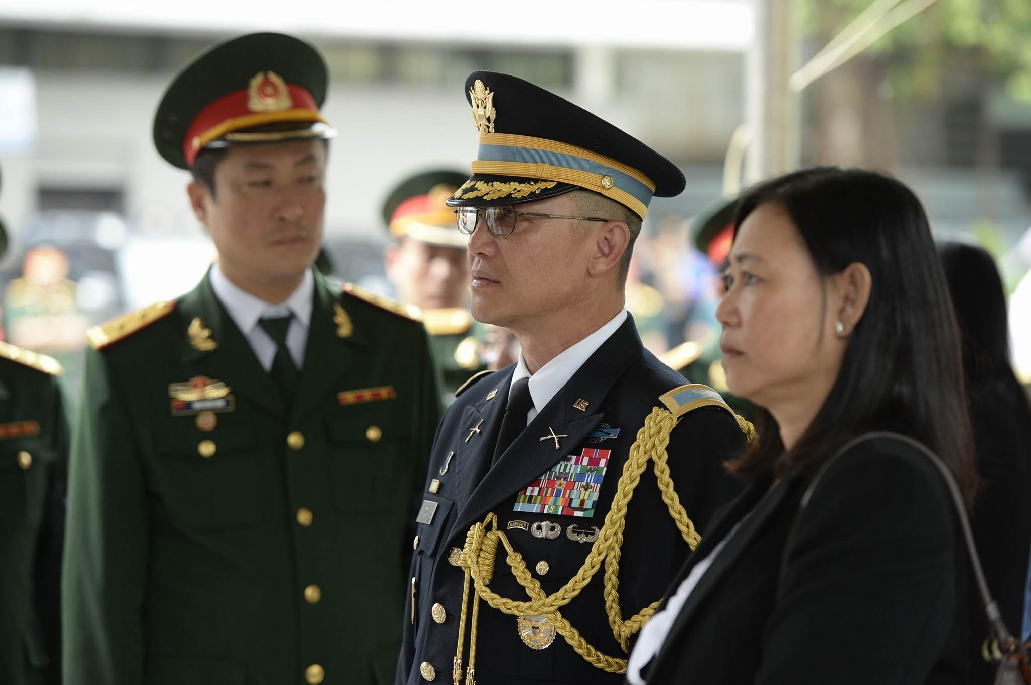 Tùy viên quân sự Đại sứ quán Hoa Kỳ tới chào vĩnh biệt 9 liệt sĩ.