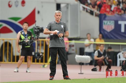 Mourinho chỉ đạo các học trò thi đấu