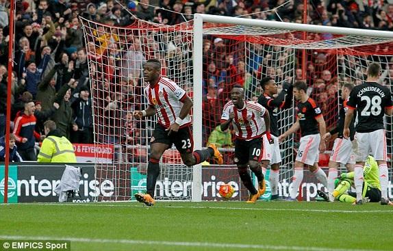 Kone ăn mừng bàn thắng vào lưới Man Utd