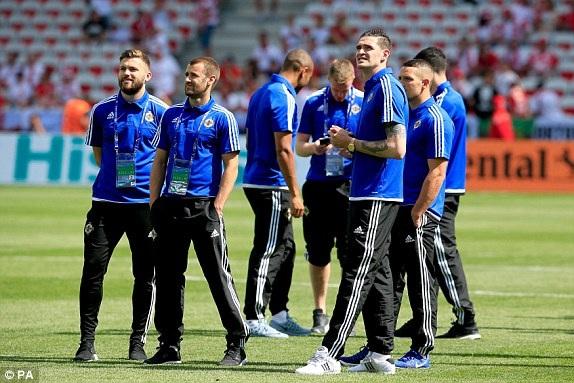 Các cầu thủ Bắc Ireland ra sân trước trận đấu với Ba Lan