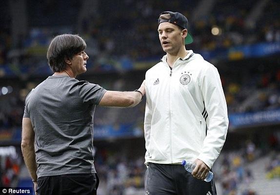 HLV Loew nói chuyện với thủ thành Neuer khi các cầu thủ Đức khởi động trên sân