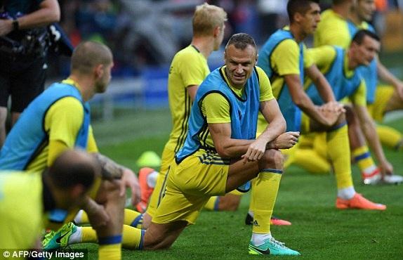 Các cầu thủ Ba Lan khởi động trước trận đấu mở màn