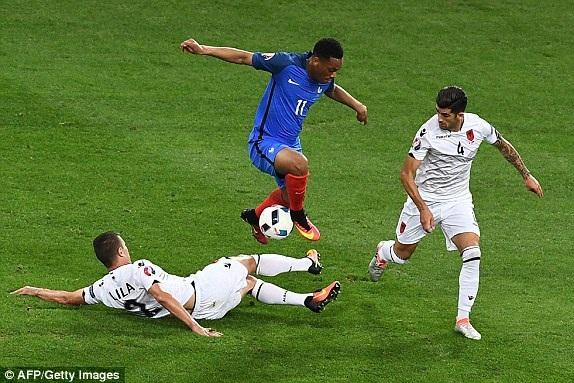 Tuyển Pháp (áo xanh) chưa thực sự ấn tượng ở Euro 2016