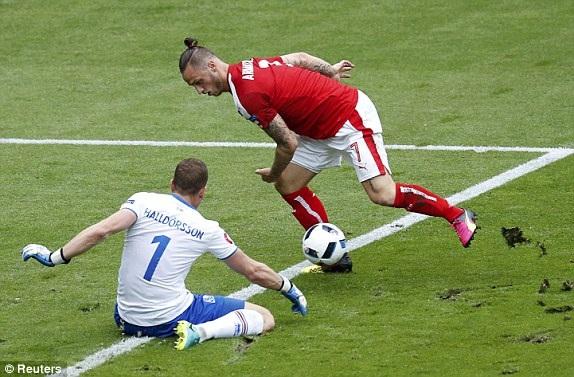 Halldorsson quá chậm và để Arnautovic cướp được bóng ở trong chân