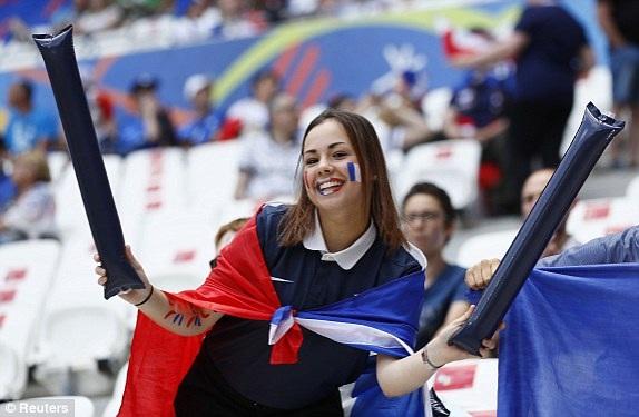 Nữ cổ động viên xinh đẹp của đội tuyển Pháp
