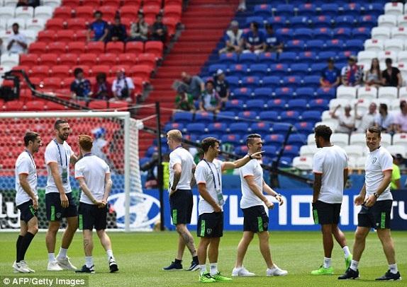 Các cầu thủ Ireland đến sân từ khá sớm