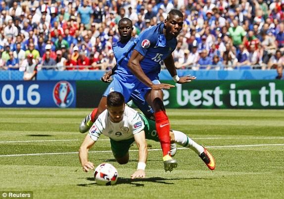 Pogba phạm lỗi với Shane Long trong vòng cấm, Ireland được hưởng quả phạt đền