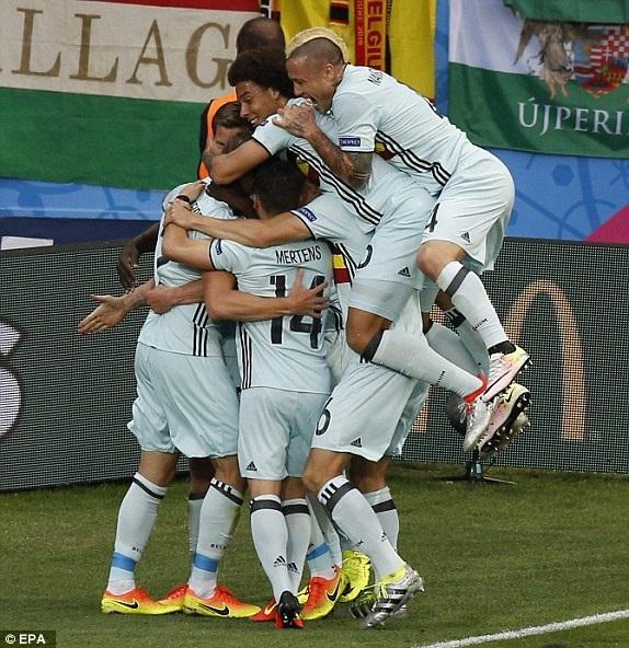Các cầu thủ Bỉ ăn mừng bàn thắng mở tỉ số
