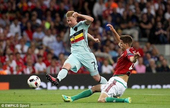 De Bruyne (trái) chơi rất năng nổ ở hiệp thi đấu thứ nhất