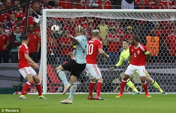 Nainggolan mở tỷ số 1-0 cho Bỉ...