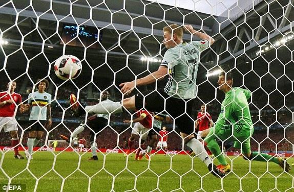 ... gỡ hòa 1-1 cho Wales ở phút 30