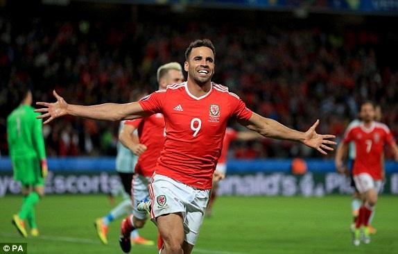 ... nâng tỷ số lên 2-1 cho Wales ở phút 55