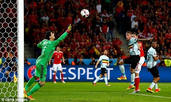 Vokes đánh đầu chính xác nâng tỷ số lên 3-1 cho Wales ở phút 85