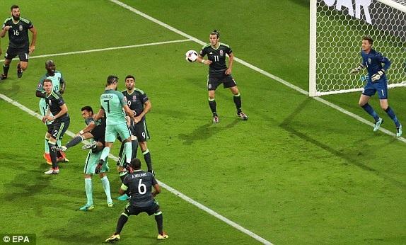 C.Ronaldo bật cao đánh đầu mở tỷ số cho Bồ Đào Nha ở phút 50